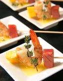 Vleespennen met garnalen, ananas en fijne vleeswaren Royalty-vrije Stock Foto's
