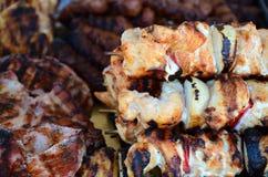 Vleespennen op houten stok met smakelijke varkensvleesvlees en groentenmengeling Stock Afbeeldingen