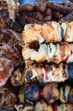 Vleespennen op houten stok met smakelijke varkensvleesvlees en groentenmengeling Stock Foto's