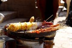 Vleespennen voor verkoop in een straat van het dorp van shu-hij, Lijiang, Yunnan, China stock foto's