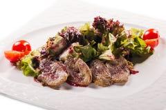 Vleesplaat met heerlijke stukken van gesneden ham, worst, olijven, rundvleestong, kruiden en vlees met radijs op witte plaat Royalty-vrije Stock Afbeelding