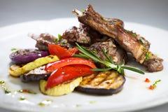 Vleesribben met geroosterde groenten Royalty-vrije Stock Foto