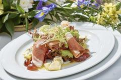 Vleessalade met de druiven van de sladorblu van de hamkaas en olijfolie Royalty-vrije Stock Afbeeldingen
