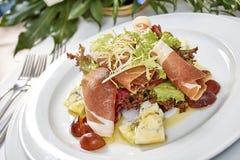 Vleessalade met de druiven van de sladorblu van de hamkaas en olijfolie Stock Foto's