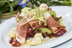 Vleessalade met de druiven van de sladorblu van de hamkaas en olijfolie Stock Afbeelding
