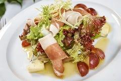 Vleessalade met de druiven van de sladorblu van de hamkaas en olijfolie Royalty-vrije Stock Fotografie