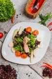 Vleessalade met groenten stock afbeelding