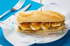 Vleessandwich met zoete ui en geitkaas Royalty-vrije Stock Foto's