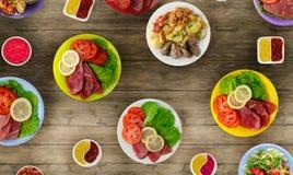 Vleesschotels op een plaat salades op een plaat de overvloed van voedsel Royalty-vrije Stock Foto