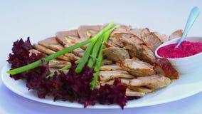 Vleesschotels van verschillende voorbereidingen Een verscheidenheid van vleesschotels in de culinaire arts. Hete en koude vleessc stock videobeelden