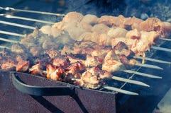 Vleesvleespennen op bbq Stock Foto's