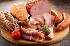 Vleeswaren met inbegrip van ham en worsten stock fotografie