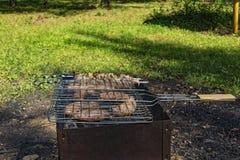 Vleesworsten en stukken van vlees bij de houtskoolgrill Royalty-vrije Stock Afbeelding