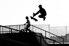Vleetpark die - met een skateboard rijden royalty-vrije stock afbeelding