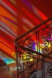 Vlekken van gekleurd licht op de treden. Stock Foto's