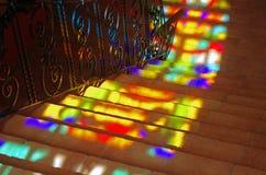 Vlekken van gekleurd licht op de treden. Royalty-vrije Stock Foto