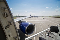 Vleugel en de turbine van het vliegtuig bij de luchthaven Royalty-vrije Stock Foto's