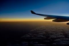 Vleugel van een vliegtuig dat boven de wolken vliegt royalty-vrije stock foto