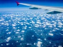 Vleugel van een vliegtuig en wolken Royalty-vrije Stock Foto