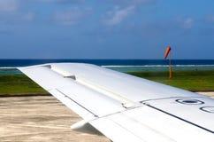 Vleugel van een vliegtuig tijdens het opstijgen en het landen Stock Foto
