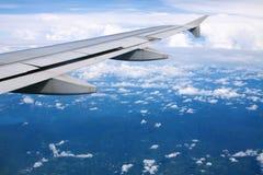Vleugel van het vliegtuig boven het land Royalty-vrije Stock Foto's