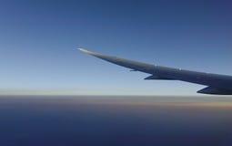 Vleugel van vliegtuig in blauwe hemel Stock Fotografie