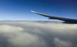 Vleugel van vliegtuig in blauwe hemel Stock Foto