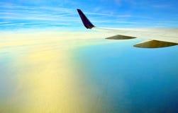 Vleugel van vliegtuig het vliegen Royalty-vrije Stock Fotografie