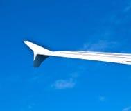 Vleugel van vliegtuigen in blauwe hemel Royalty-vrije Stock Foto