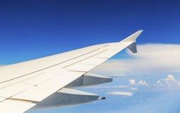 Vleugel van vliegtuigen in de blauwe hemel royalty-vrije stock fotografie