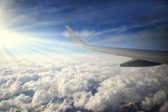 Vleugel van vliegtuigvlieg over de blauwe hemel en het mooie berglandschap Stock Fotografie