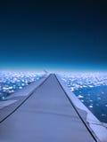 Vleugel van vliegtuigvlieg over de blauwe hemel en de witte wolk Royalty-vrije Stock Fotografie