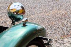 Vleugel, wiel en koplamp van een uitstekende auto van 1932 die in Fortaleza DE Sao Tiago in Funchal wordt geparkeerd stock afbeeldingen