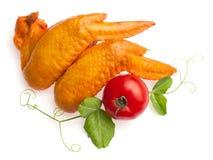 Vleugels van de kip verfraaiden met tomaat en doorbladert Stock Foto's