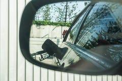 Vleugelspiegel van brandstof omhoog de auto stock afbeeldingen