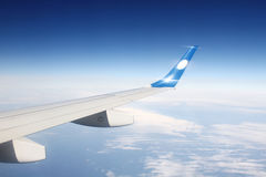 Vleugelvliegtuigen in de wolken Stock Fotografie