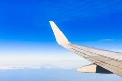 Vleugelvliegtuigen in hoogte tijdens vlucht Stock Afbeeldingen
