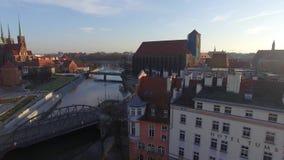 Vlieg abowe rivier in stad stock video