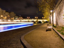 Vlieg-boot die op de rivier 's nachts Zegen kruist. Royalty-vrije Stock Foto