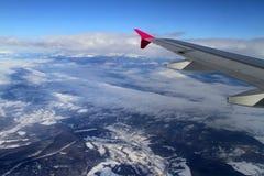 Vlieg boven bergen Royalty-vrije Stock Afbeeldingen