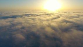 Vlieg over de wolken stock videobeelden
