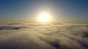 Vlieg over de wolken stock footage