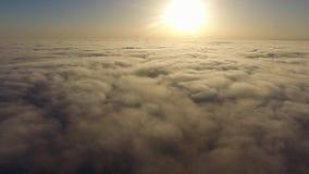 Vlieg over de wolken stock video