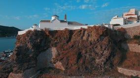 Vlieg over een kerk dichtbij de haven van Skopelos-eiland in Griekenland stock footage