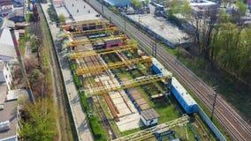 Vlieg over spoorweg op de industriezone van de stad Lucht4k stock footage