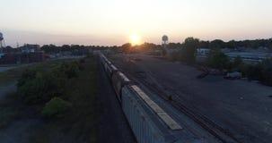 Vlieg over Trein bij Schemer stock videobeelden