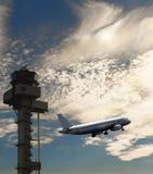 Vlieg - vliegtuig het opstijgen, vluchtleidingstoren en bewolkte hemel Royalty-vrije Stock Afbeeldingen