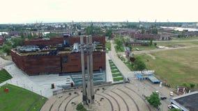 Vlieg voorbij van drie kruisen voor de scheepswerf van Gdansk, Polen, 07 2016, LUCHTlengte stock footage