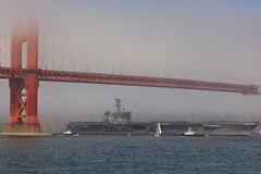 Vliegdekschip Carl Vinson bij de Gouden Brug van de Poort Stock Foto