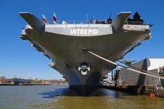 Vliegdekschip ` Onversaagde die ` in Manhattan wordt vastgelegd royalty-vrije stock afbeelding